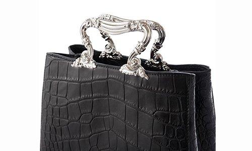 una borsa di pelle con delle maniglie d'argento