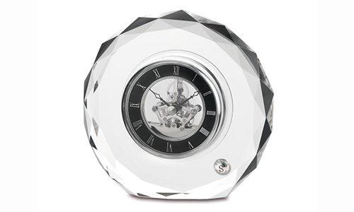 un cristallo con un orologio