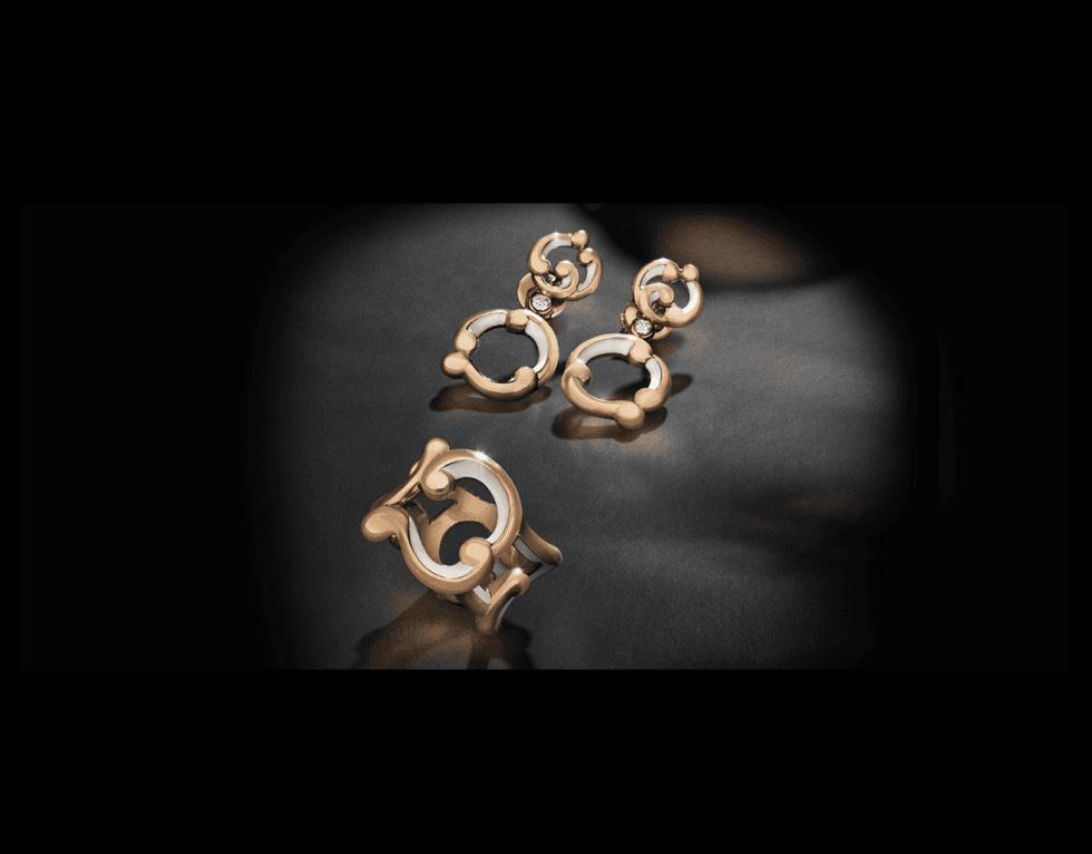 due orecchini dorati e un anello