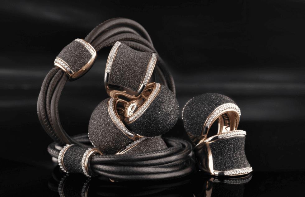 dei bracciali con anelli neri
