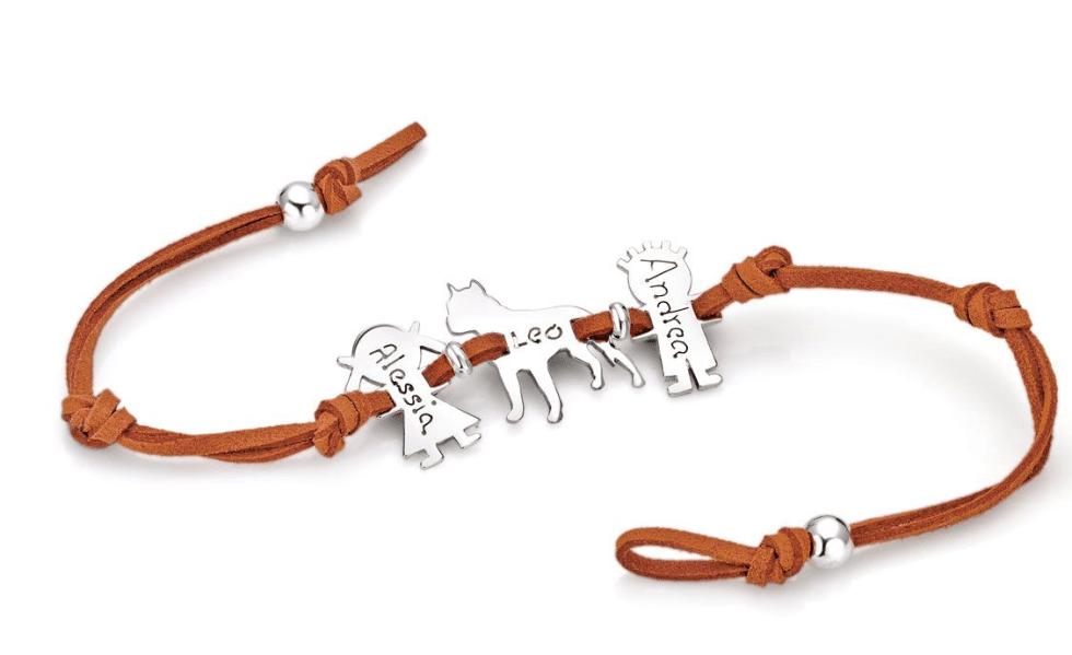 un bracciale con un filo di color arancione e un ciondolo con un cane e due bambini