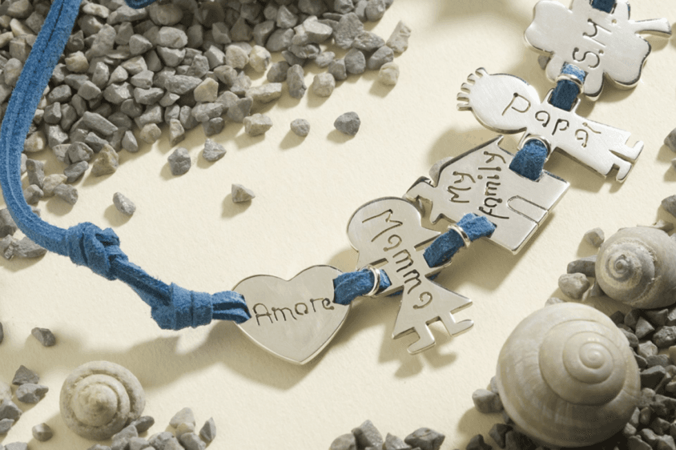 un bracciale con un filo di color blu e un ciondolo di cuore