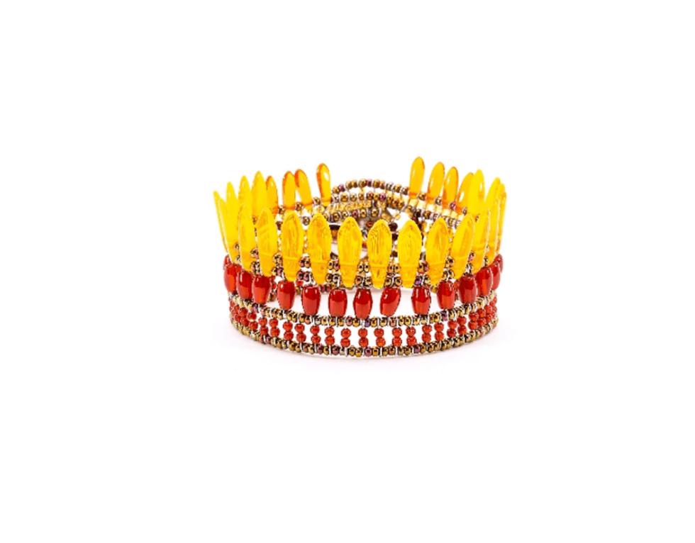 un bracciale con le perline gialle e rosse