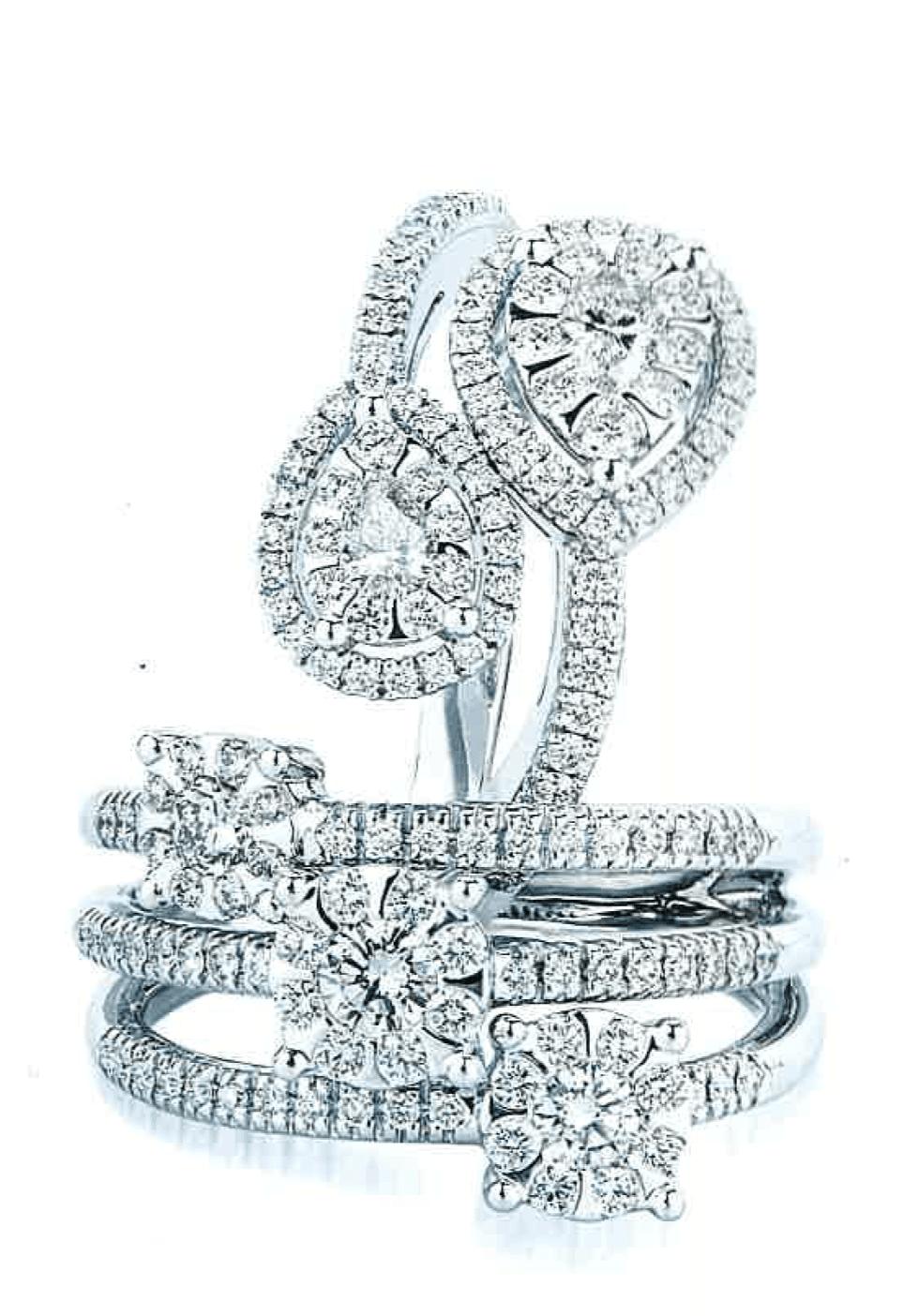 un anello con degli zirconi