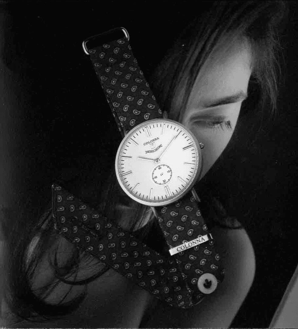 un orologio nero con un foto di una persona al fondo