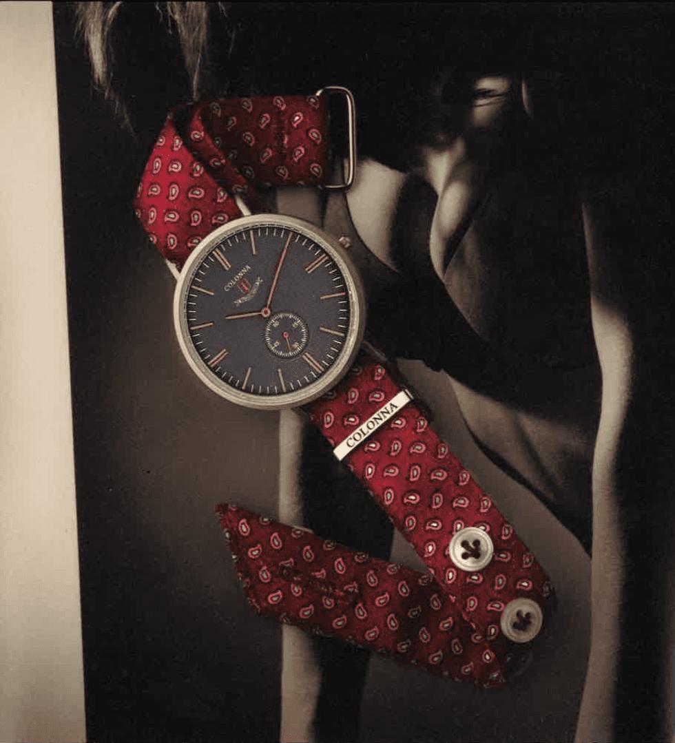 un orologio rosso con un foto di una persona al fondo