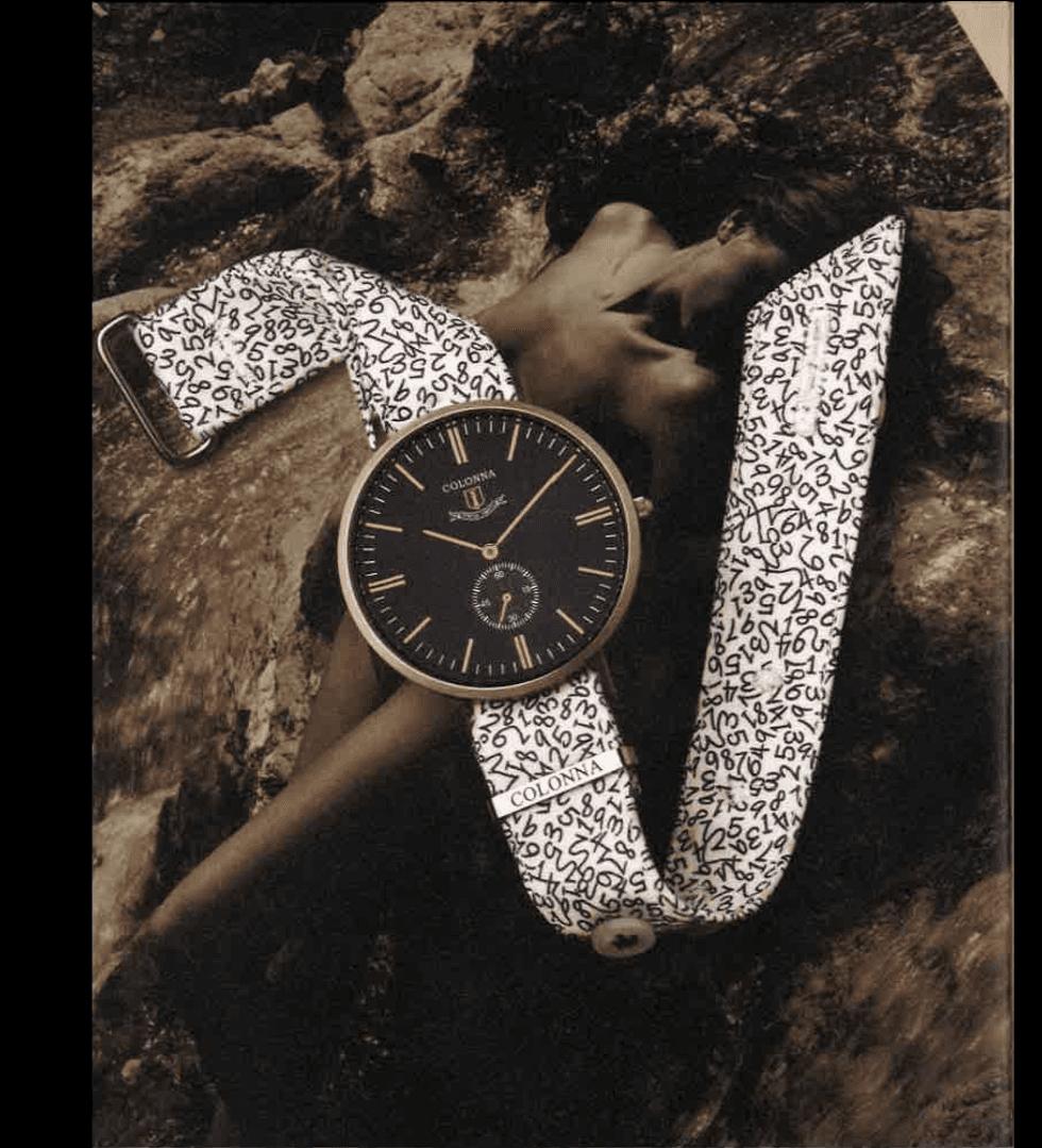 un orologio bianco con un foto di una persona al fondo