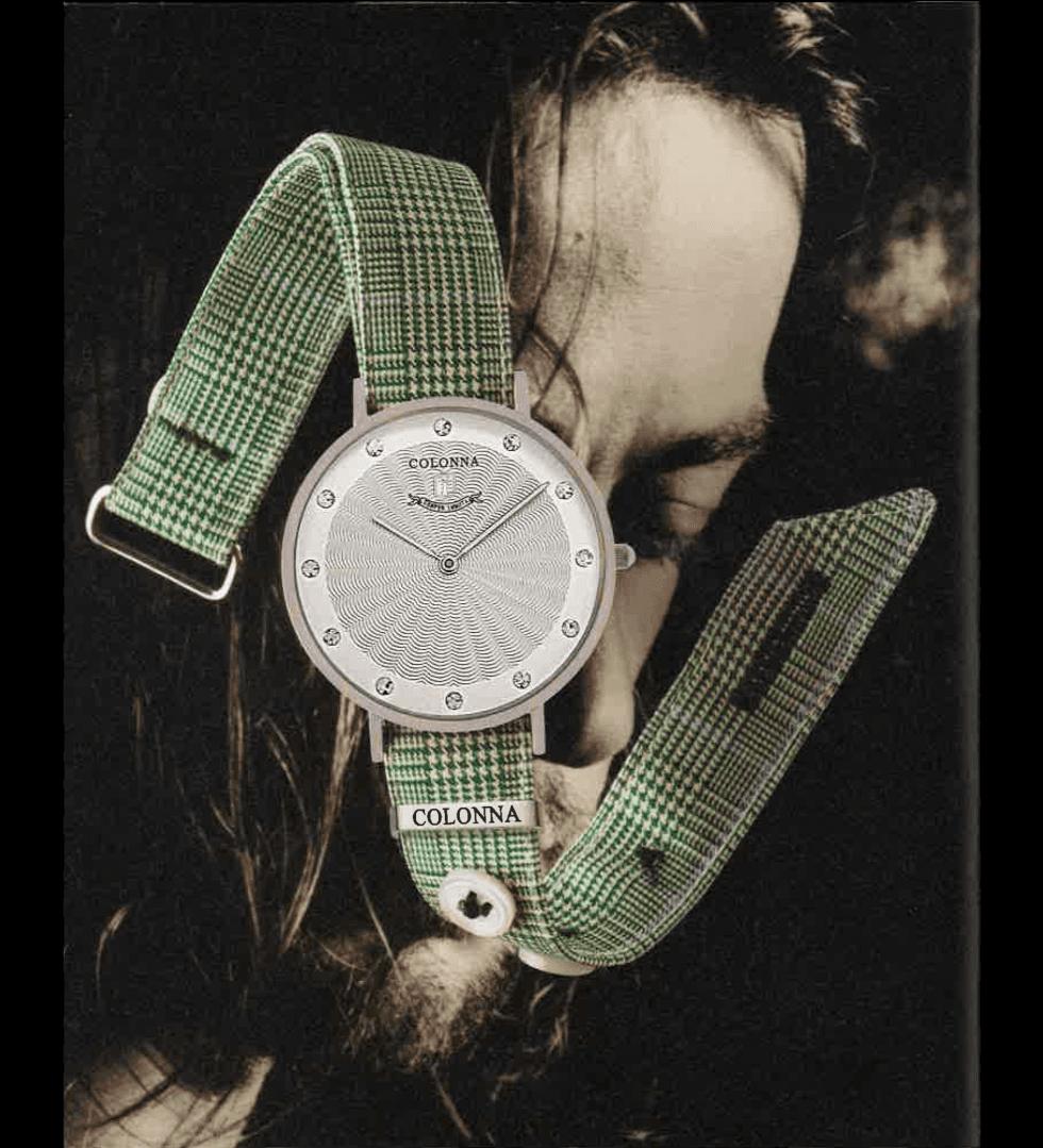 un orologio verde con un foto di una persona al fondo