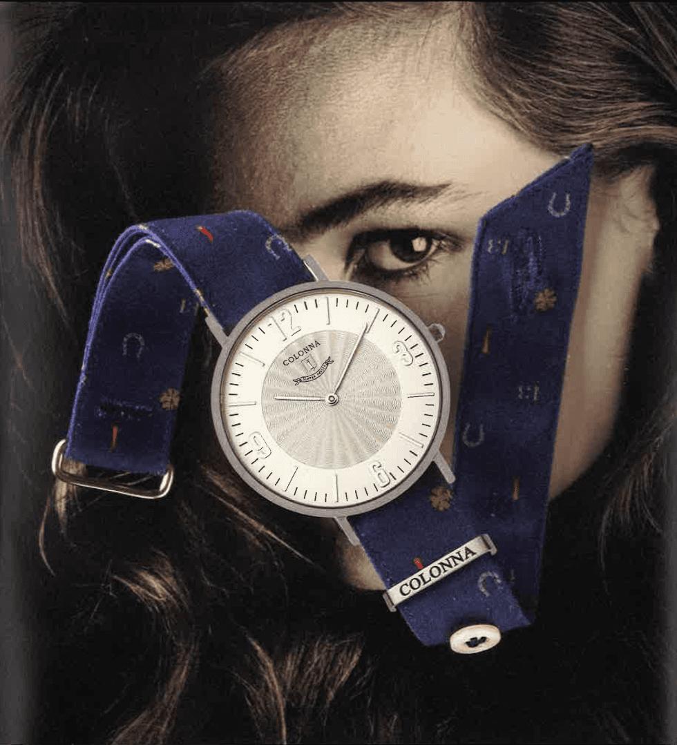 un orologio blu con un foto di una persona al fondo