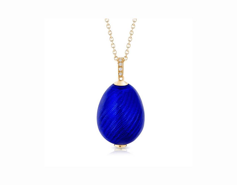 un ciondolo con pietre  blu