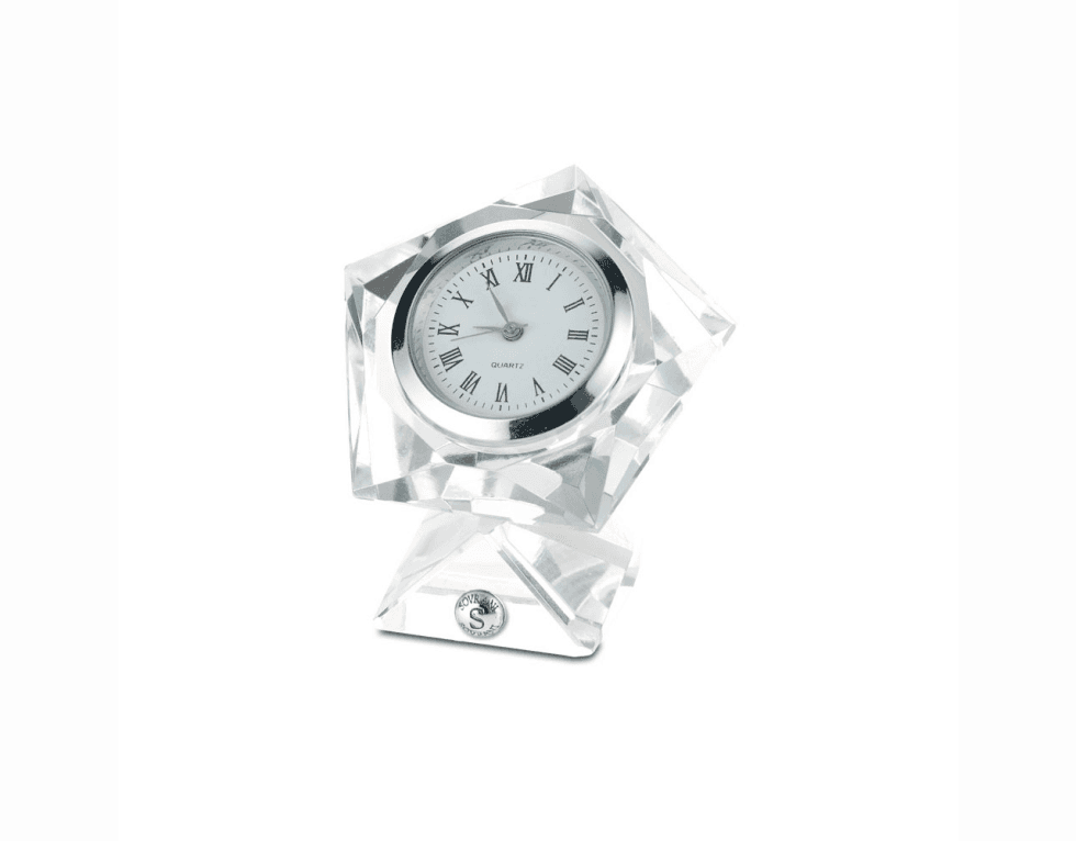 un cristallo con un orologio di argento