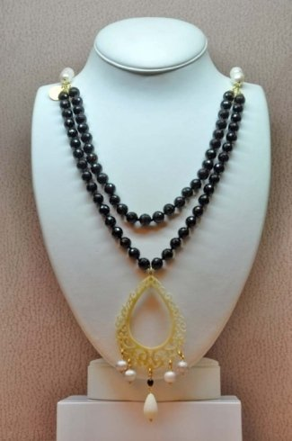 grossa collana di perle nere