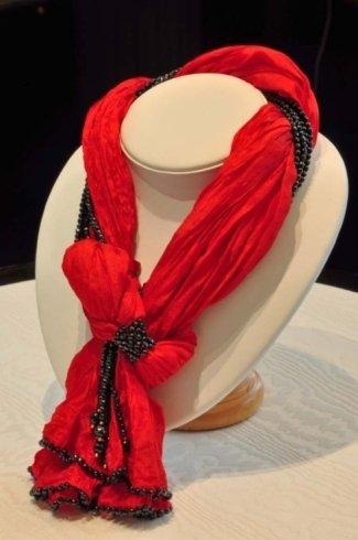 sciarpa rossa e nera