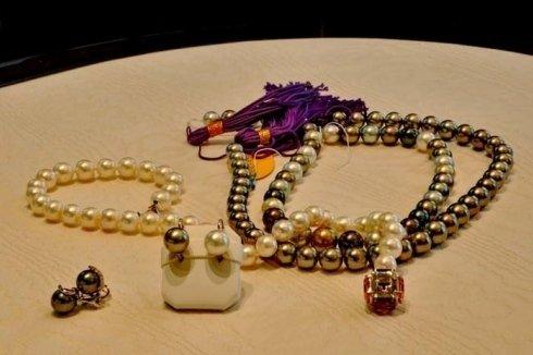 collana di perle nere e bianche