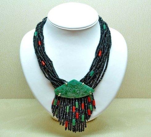 una collana verde, nera e rossa