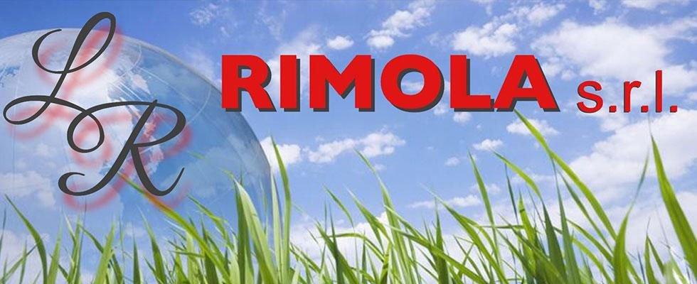 Logo Rimola s.r.l scritto in rosso su uno sfondo del cielo blu e una raffigurazione di un globo con scritto LR in corsivo nero