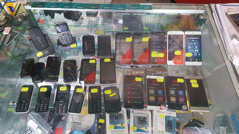 dei telefonini esposti in una vetrina