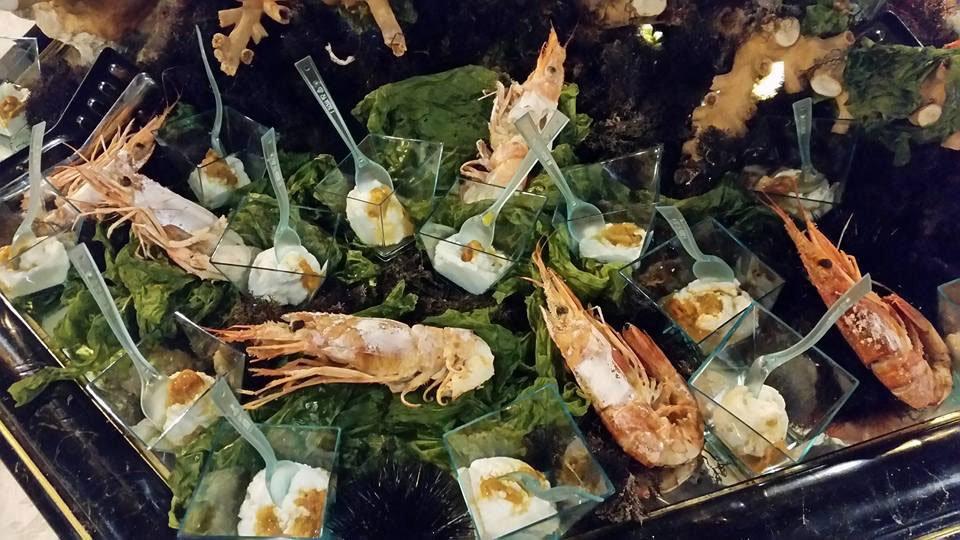 Un buffet con gambero e delle coppette