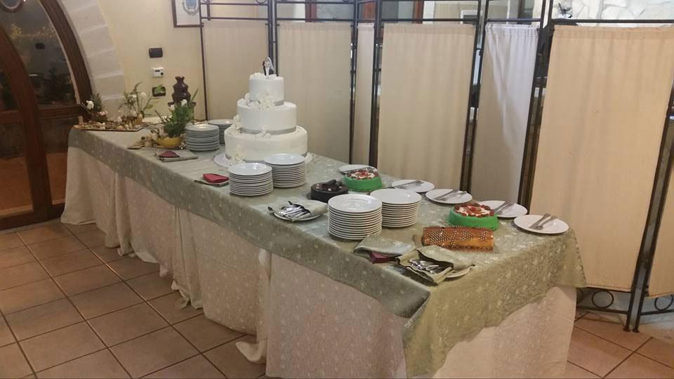 Un buffet con una torta nuziale e dei piatti