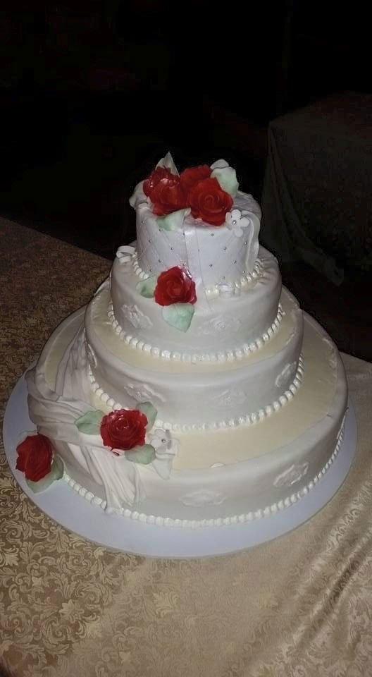 Una torta decorata con dei fiori rossi