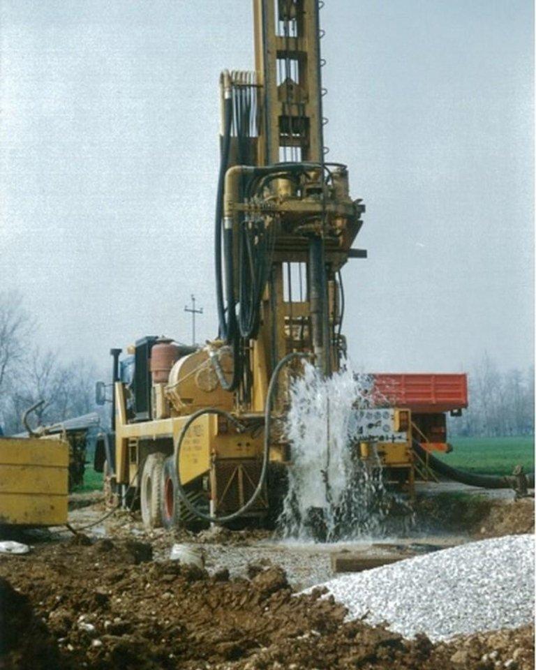 Perforazione pozzi e fuoriuscita acqua