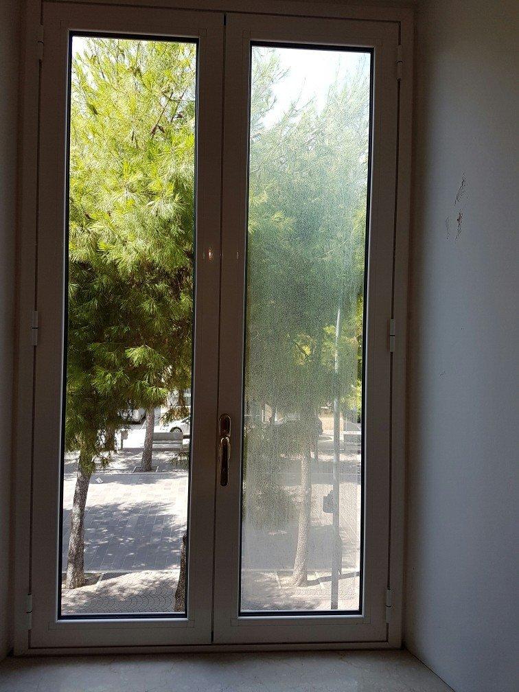 Una finestra con un vetro sporco e uno pulito