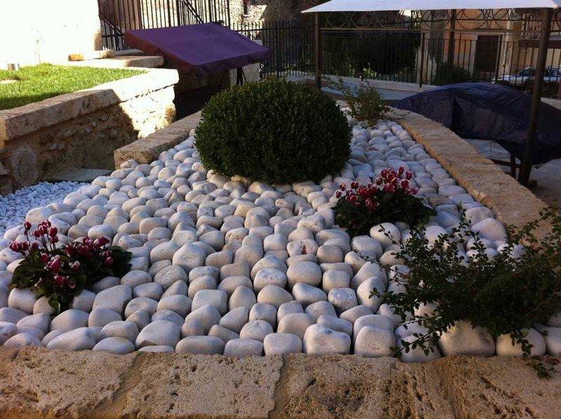 Aiuole con pietre bianche come fare un aiuola con sassi for Pietre bianche per giardino