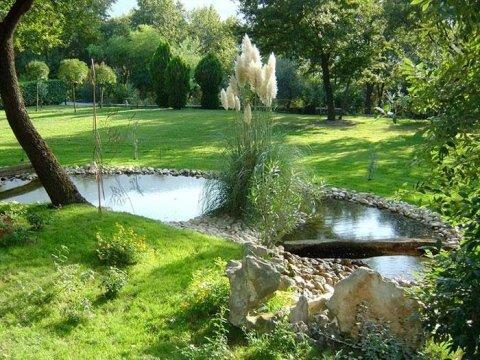 laghetto artificiale nel giardino