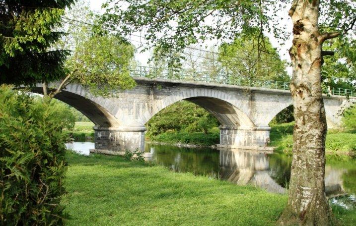 Een brug over het water naast de gezinscamping