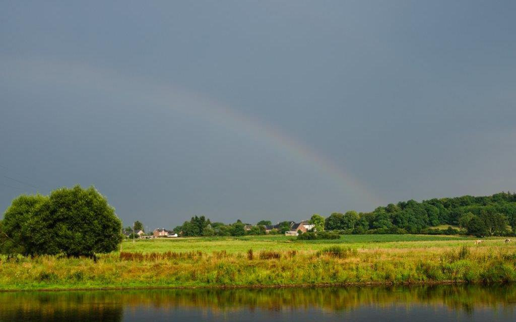 Een mooie regenboog die over het uitzicht van de camping valt