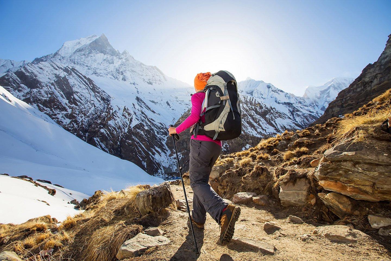 Donna nell'abbigliamento trekking con l'attrezzatura da trekking a Pieve Di Cadore