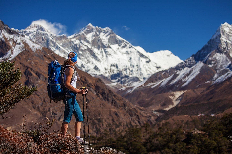Donna fa trekking nelle montagne a Pieve Di Cadore