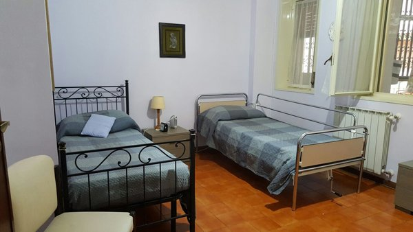 Letti nella camera dell'alloggio per anziani Giovanni Paolo II a Messina