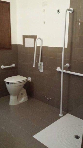 Vista del bagno dell'alloggio per anziani Giovanni Paolo II a Messina