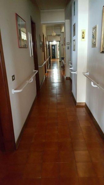 Corridoio nell'alloggio per anziani Giovanni Paolo II a Messina