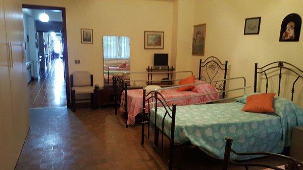 Interno di una camera dell'alloggio per anziani Giovanni Paolo II a Messina