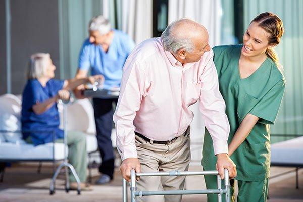 un anziano utilizza un deambulatore