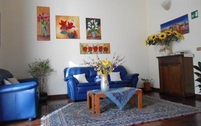 una sala con due divani di color blu