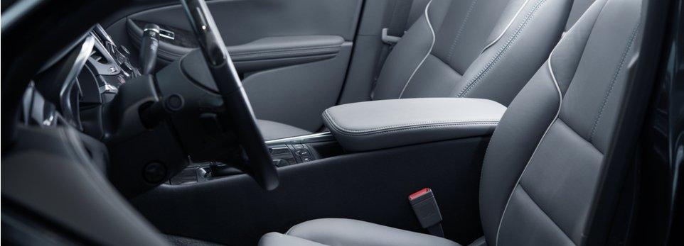 interni di un'auto in pelle