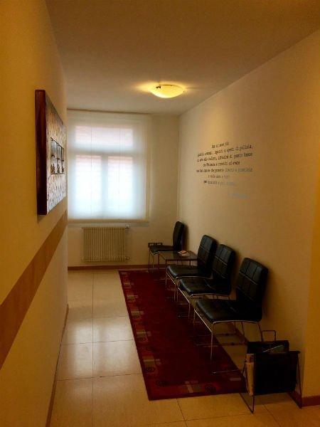 una sala d'attesa con delle sedie nere