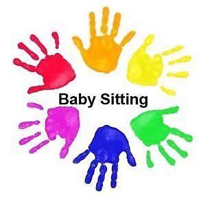 delle orme di mani colorate e la scritta Baby Sitting