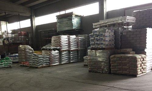 interno di un magazzino con bancali di materiale confezionato