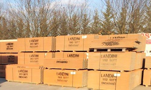 degli scatoloni uno sopra l'altro con scritto Landini