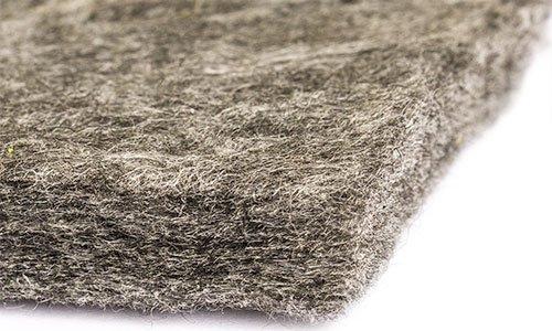 un tappetino erboso sintetico color fango