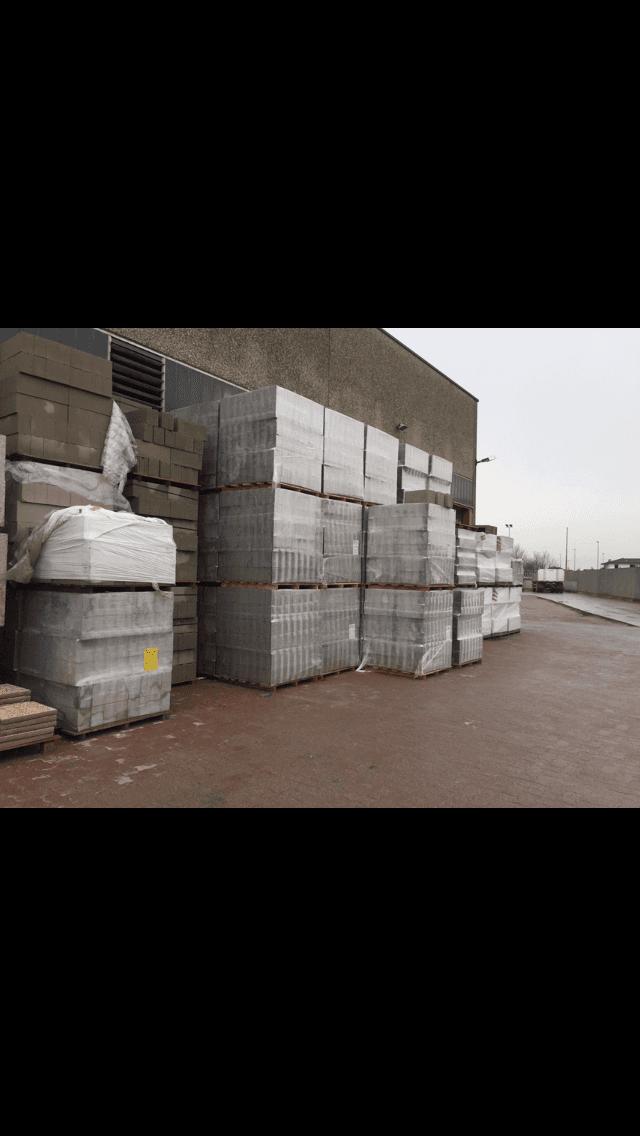 deposito esterno di quaccini giorgio con materiali edile ancora imballati