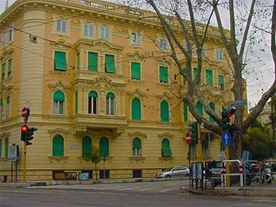 Vista frontale di un palazzo storico con tapparelle verdi