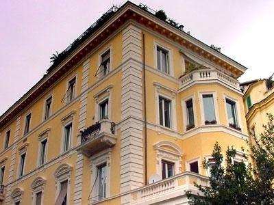 Vista di lato di un condominio storico