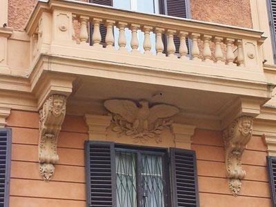 Primo piano di un balcone storico con finiture e decorazioni scolpite