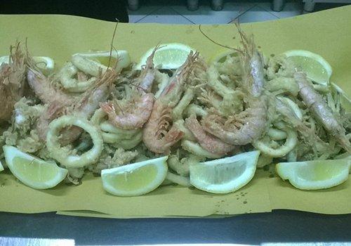 un piatto di gamberi e calamari fritti