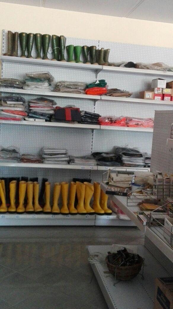 Stivali impermeabili ed altri strumenti da giardinaggio